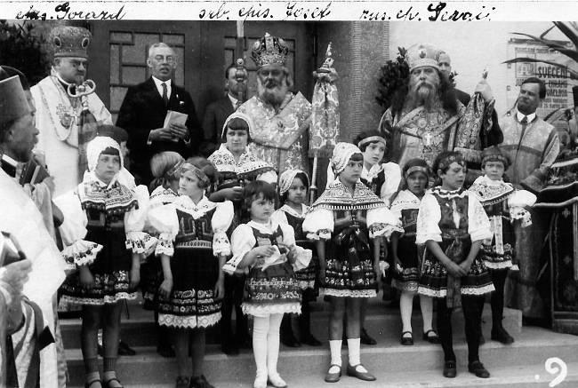 Zleva: vladykové Gorazd, Josif Bitolský a Sergij Pražský při vysvěcení chrámu (25.5.1931)